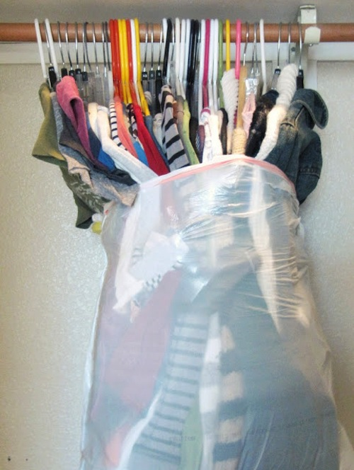 Keep your clothes on the hangers while still protected in garbage bags! - Lots of clever moving, packing and organizing tips for houses, apartments and out of state or long distance moves! Moving into a new house? Here you will find clever moving hacks everyone should know, including a moving checklist. Listotic.com