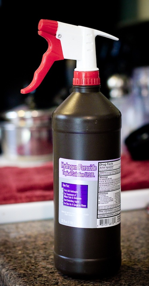 Hydrogen peroxide uses for cleaning -- DIY household cleaning tips, tricks and hacks for your home bathrooms, kitchens, bedrooms, floors, furniture and more! Perfect for a lazy girl like me. Listotic.com