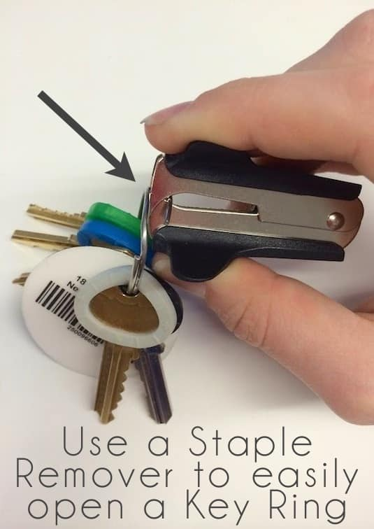 How to remove keys from a key ring easily -- Clever DIY life hacks every girl should know! For organization, crafts, ideas, beauty, school, home or just little tips and tricks that will make your life easier. Listotic.com