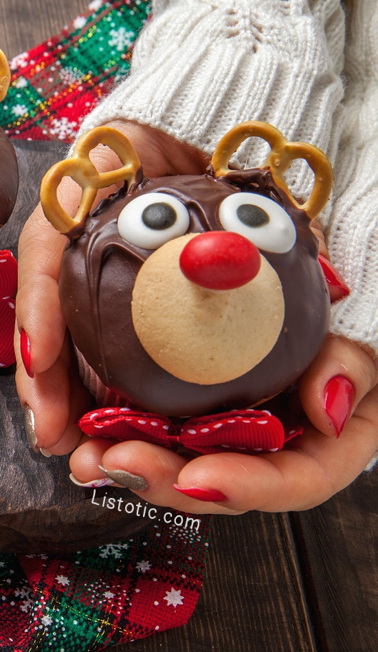 super-cute-and-easy-christmas-reindeer-cupcakes-with-pretzels-for-antlers