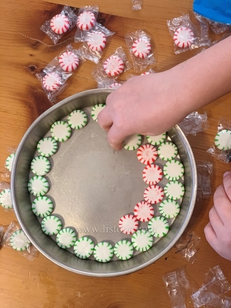 Get creative with your mint holiday plate. Arrange cool patterns.