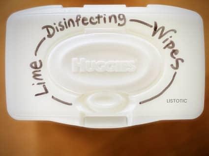 Schachtel mit hausgemachten Desinfektionstüchern, wie man Babytücher in Desinfektionstücher verwandelt