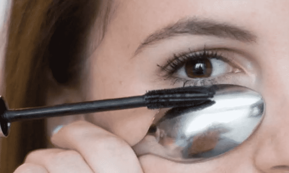 Avoid Mascara Mistakes with spoon is a basic makeup tips and tricks